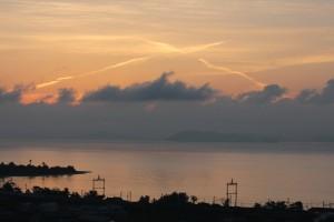 クロスする朝の飛行機雲